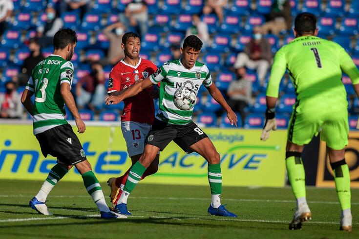 epa08771159 Santa Clara's Carlso Junior (2L) in action against Sporting's Feddal during the Portuguese