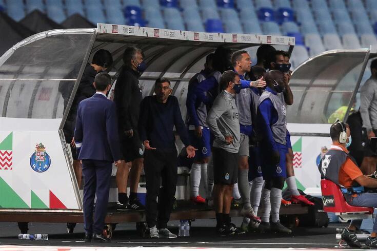 Sérgio Conceição foi expulso na final da Taça de Portugal. Vítor Bruno assumiu a liderança