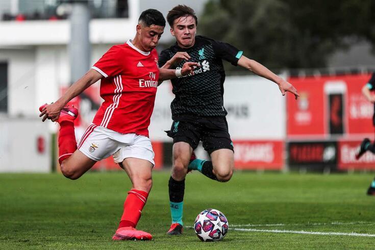 Benfica apurou-se para os quartos de final depois de golear o Liverpool por 4-1