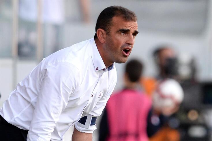 O treinador Filipe Martins do Feirense dá indicações aos jogadores durante o jogo da Primeira Liga de