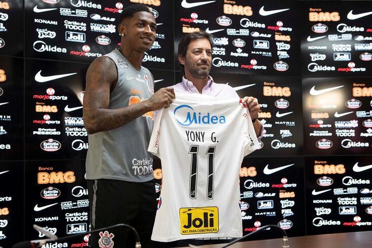Yony González exibe a camisola do Corinthians