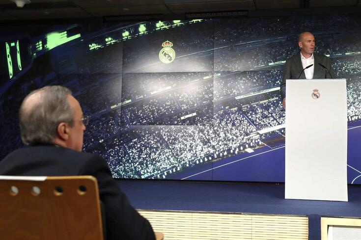 epa07429576 French Zinedine Zidane (R) delivers a speech during the presentation as the new Real Madrid's
