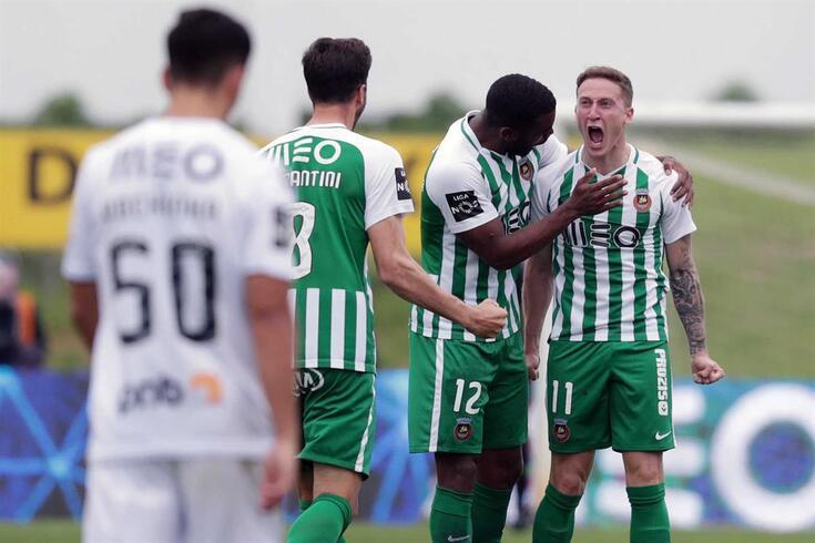Nuno Santos festeja o golo com os colegas de equipa