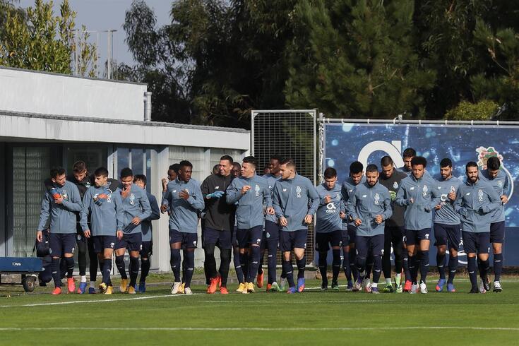 FC Porto arranca preparação para o clássico com dois nomes no boletim