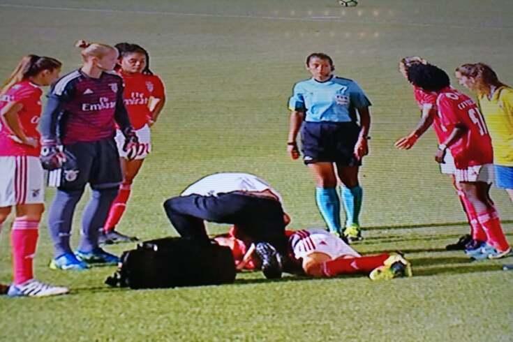 Jogadora do Benfica desmaia em campo no jogo da subida