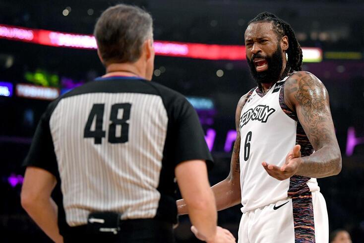 DeAndre Jordan em conversa com o árbitro