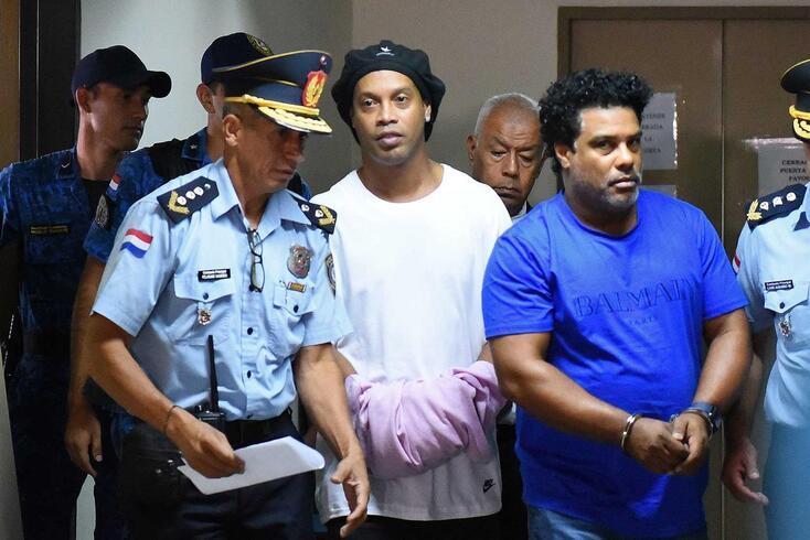 Ronaldinho foi detido no Paraguai, assim como o irmão, Roberto de Assis Moreira
