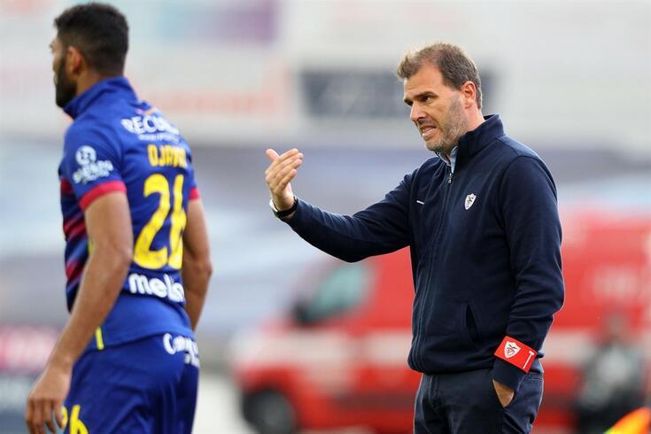 O treinador do Santa Clara, João Henriques, gesticula durante o jogo da Primeira Liga de Futebol contra