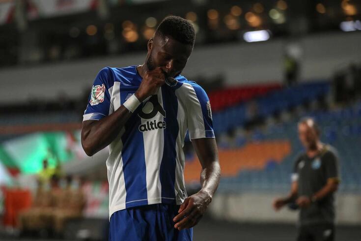 Mbemba beija o símbolo do FC Porto, no festejo de um dois dois golos marcados na Taça de Portugal