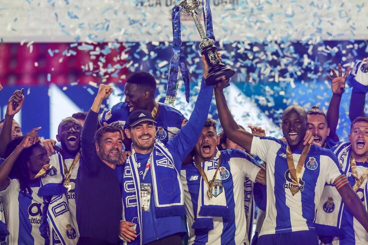 Casillas levantou a Taça de campeão do FC Porto