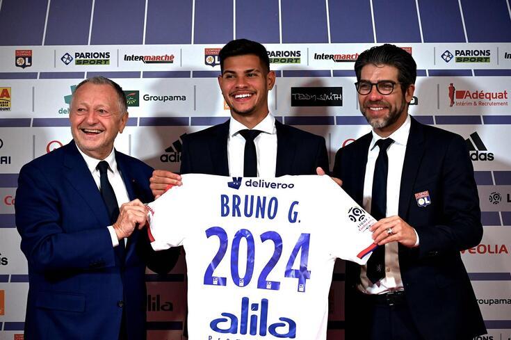 Bruno Guimarães exibe a camisola do Lyon