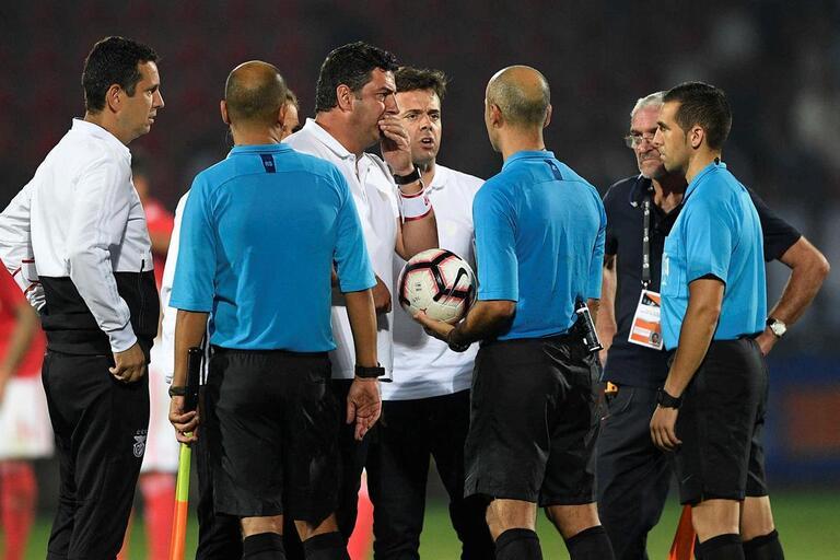 Rui Vitória não poupa o árbitro