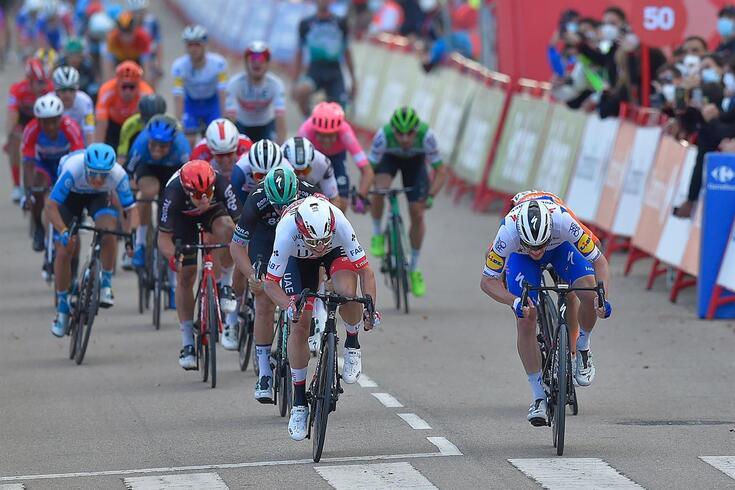 Sam Bennett foi o mais forte no sprint