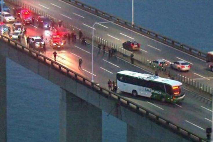 Homem sequestra passageiros de autocarro na ponte Rio de Janeiro-Niterói