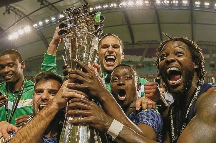 Pedro Mendes (em cima, ao centro) na noite em que levantou a Taça da Liga, pelo Moreirense. A seguir