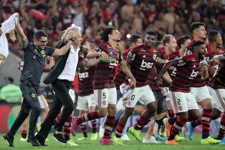Jorge jesus e os seus pupilos festejam o apuramento para a final da Taça Libertadores