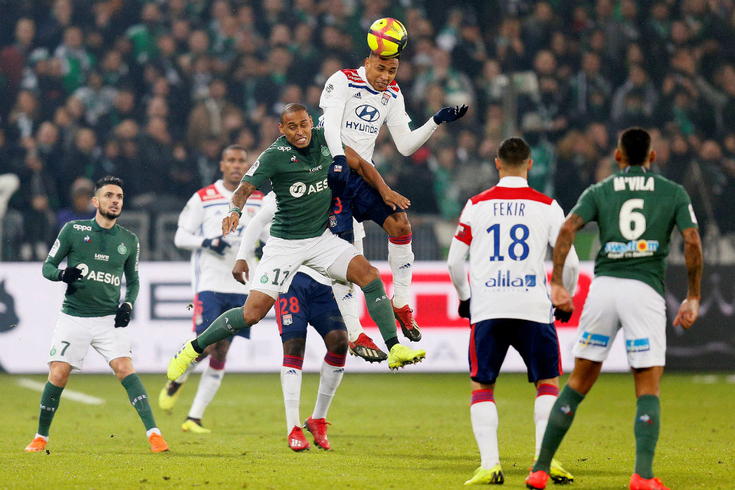 Lyon vence Saint-Étienne na compensação e sobe ao terceiro lugar