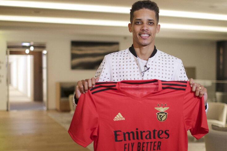 Pedrinho exibe a camisola do Benfica