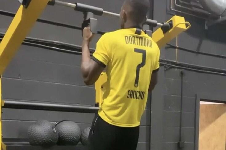 Schalke 04 repreende jogador por utilizar camisola do maior rival