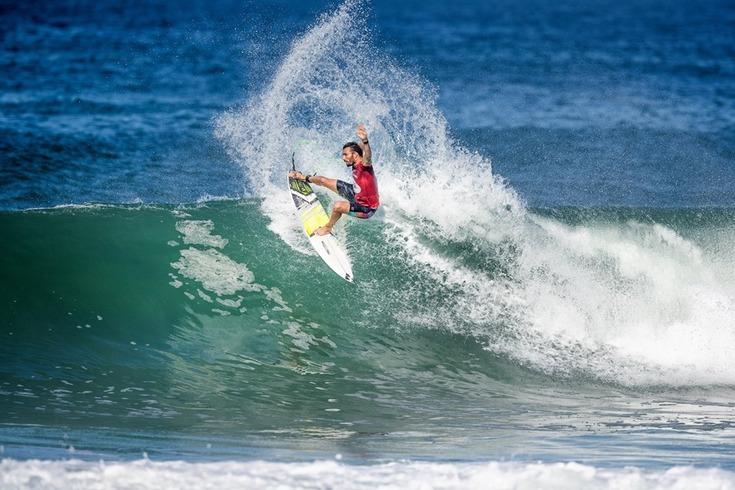 Frederico Morais e Miguel Blanco seguem em frente nos Mundiais de surf