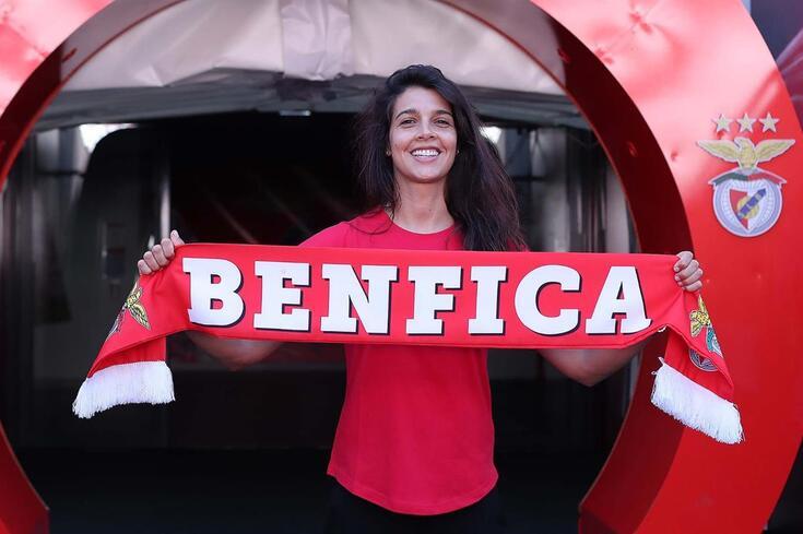 Carole Costa exibe as cores do Benfica.
