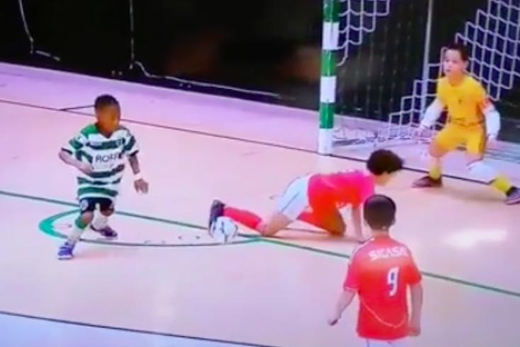 Dinis Costa reconheceu que a bola tocou na cara e não no braço do adversário