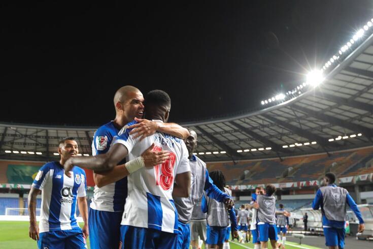 Mbemba marcou os dois golos do FC Porto