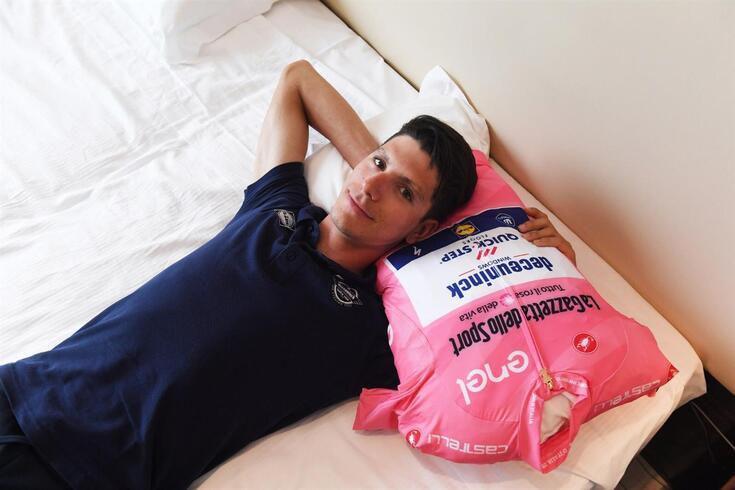 João Almeida com a camisola rosa, de líder da geral individual do Giro