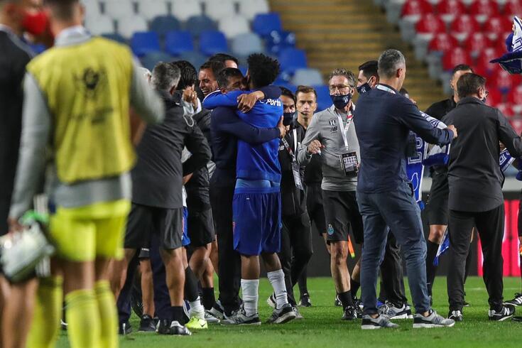Luis Díaz num abraço a Sérgio Conceição após a vitória na final
