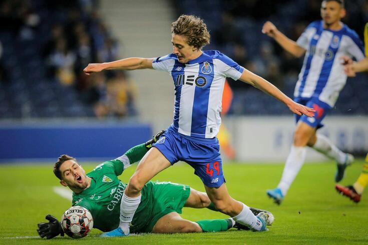 Cláudio Ramos (Tondela) e Fábio Silva (FC Porto)