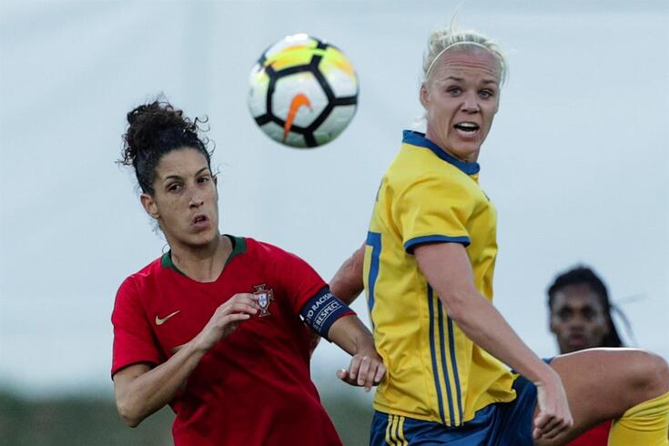 epa07407344 Portugal`s Claudia Neto (L) in action against Sweden`s Nilla Fischer during their Algarve