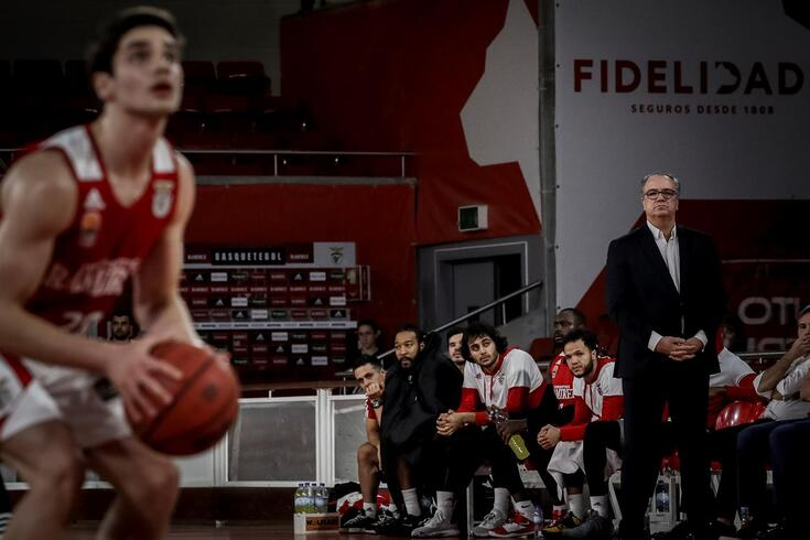 Rafael Lisboa, perante o olhar atento do pai e treinador do Benfica
