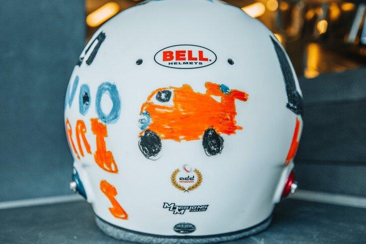 Veja o capacete original de Norris, pintado por criança de seis anos