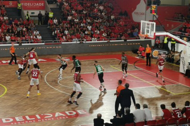 Benfica vence rival Sporting em jogo histórico