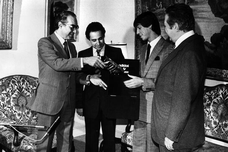 Gomes foi recebido por Mário Soares (de costas), então o primeiro ministro, Almeida Santos e Miranda