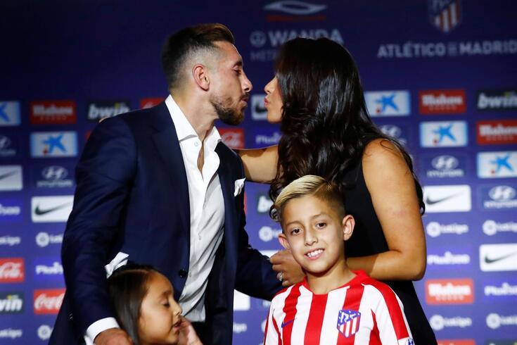 Herrera junto da família na apresentação pelo Atlético