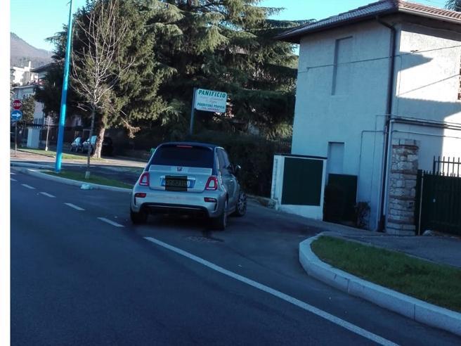 Balotelli engana-se na garagem, embate com o carro e vai dormir