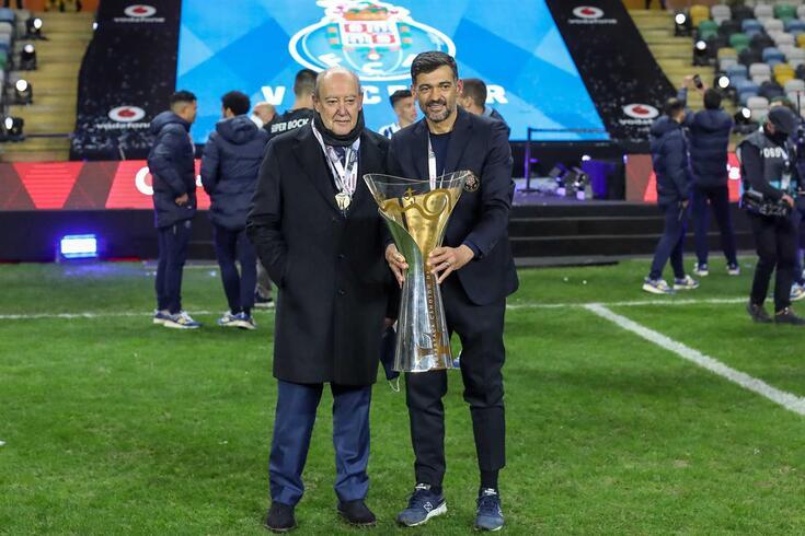 Pinto da Costa, presidente do FC Porto, com Sérgio Conceição e a Supertaça