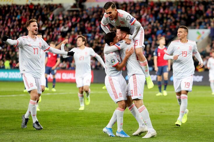Jogadores de Espanha festejam o golo de Saúl