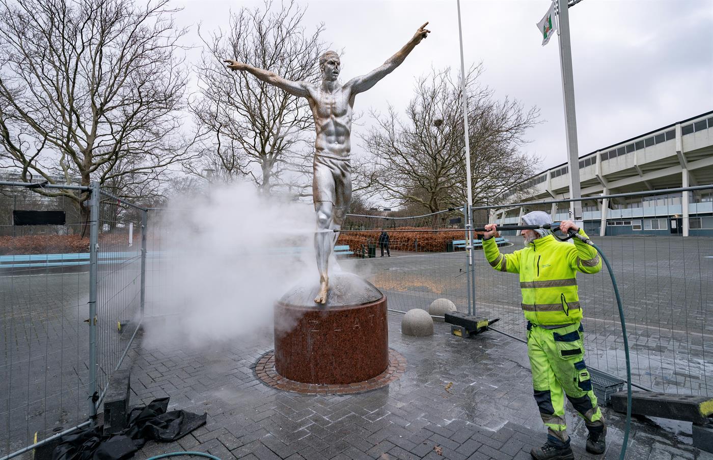 Continua a saga em torno da estátua de Ibrahimovic: agora foi o nariz