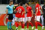 Jogadores do Benfica protestaram com o árbitro