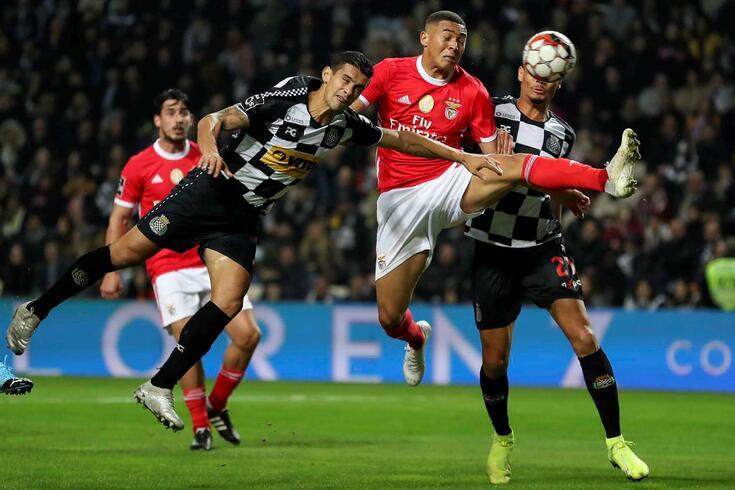 Vinícius disputa a bola com Ricardo Costa no Boavista-Benfica.