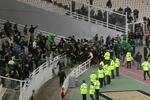 Panathinaikos-Olympiacos não chegou ao fim devido a cenas de violência entre adeptos