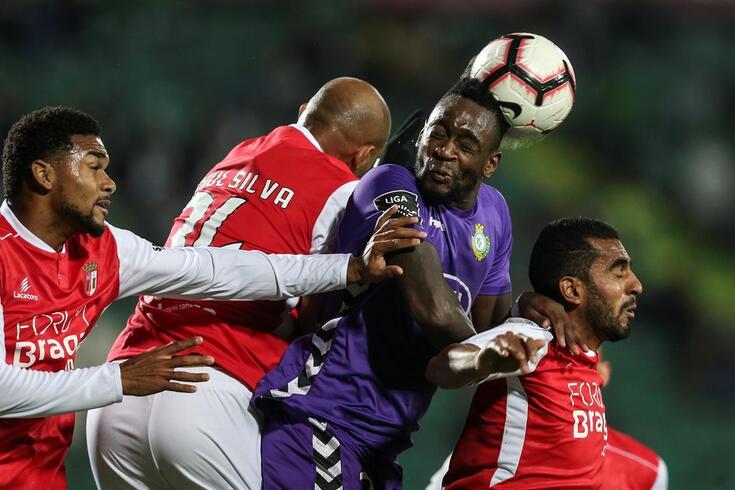Mendy (V. Setúbal) entre três jogadores do Braga
