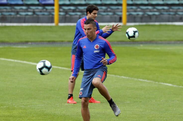 Uribe fecha o meio-campo do FC Porto.
