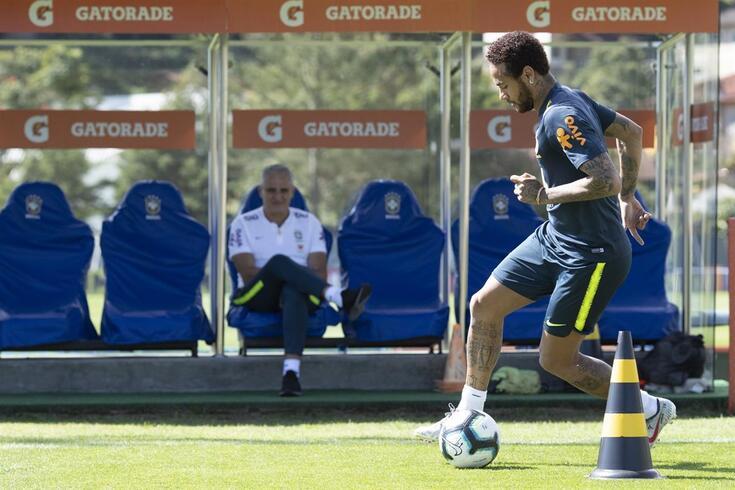 Neymar treina com a seleção brasileira, sob o olhar de Tite