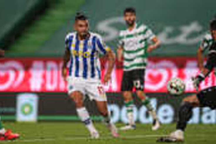 Portista Corona em ação no Clássico contra o Sporting