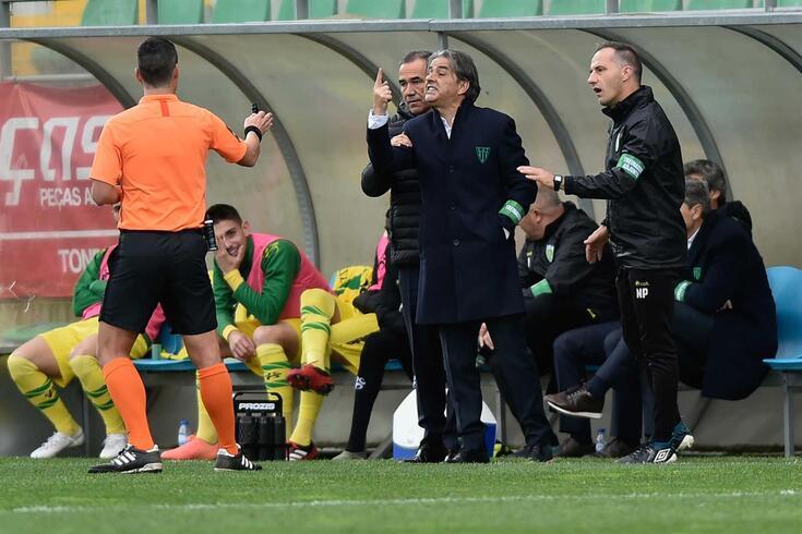 Natxo González, treinador do Tondela, dirige-se ao árbitro André Narciso