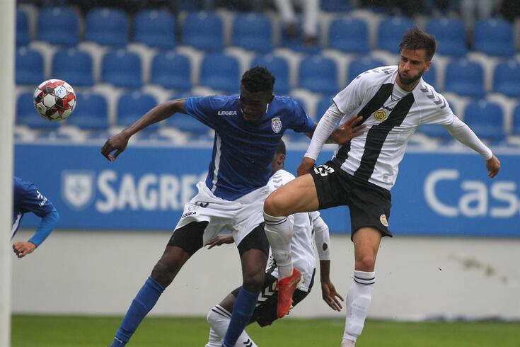 Nsor e Rui Correia disputam a bola