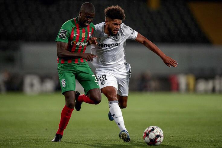 Nanú, à esquerda, lateral referenciado pelo FC Porto